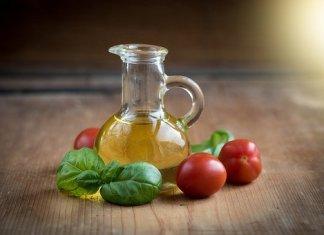 Caraffa di olio di oliva. Come conservare l'olio di oliva di qualità? Come capire se l'olio va a male? Quando scade e come riconoscere l'olio di oliva buono?