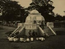 Kaayaan monumen Lingga satutasna diresmikeun dina taun 1921-an
