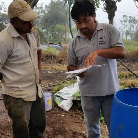 Investigador Juan S Chin en la comunidad de Capellades explicando el uso del biobed a un agricultor.