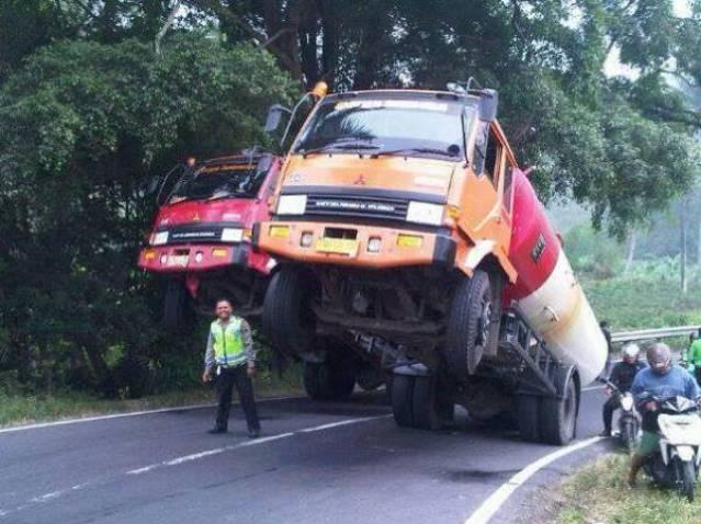 truk pemuat bbm lagi jumping