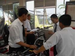 suasana praktek fuel injecrion di workshop yamaha training center surabaya3
