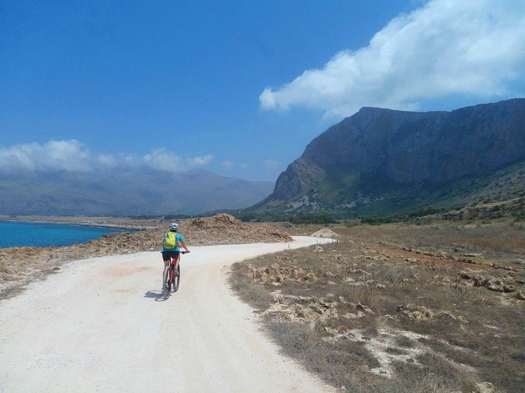 Strada bianca a Castlluzzo in Sicilia
