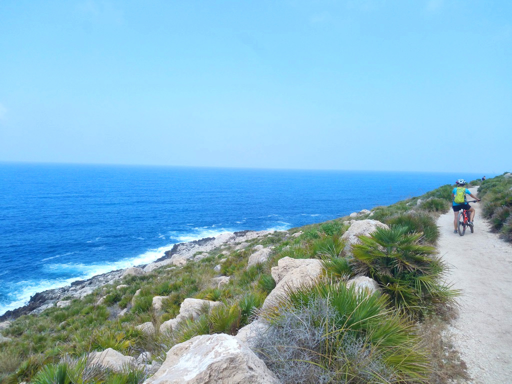 strada bianca in Sicilia monte cofano
