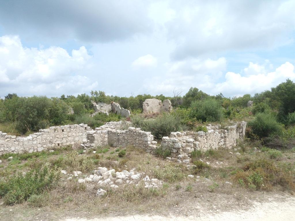 Mura di cinta dei ruderi di Noto Antica
