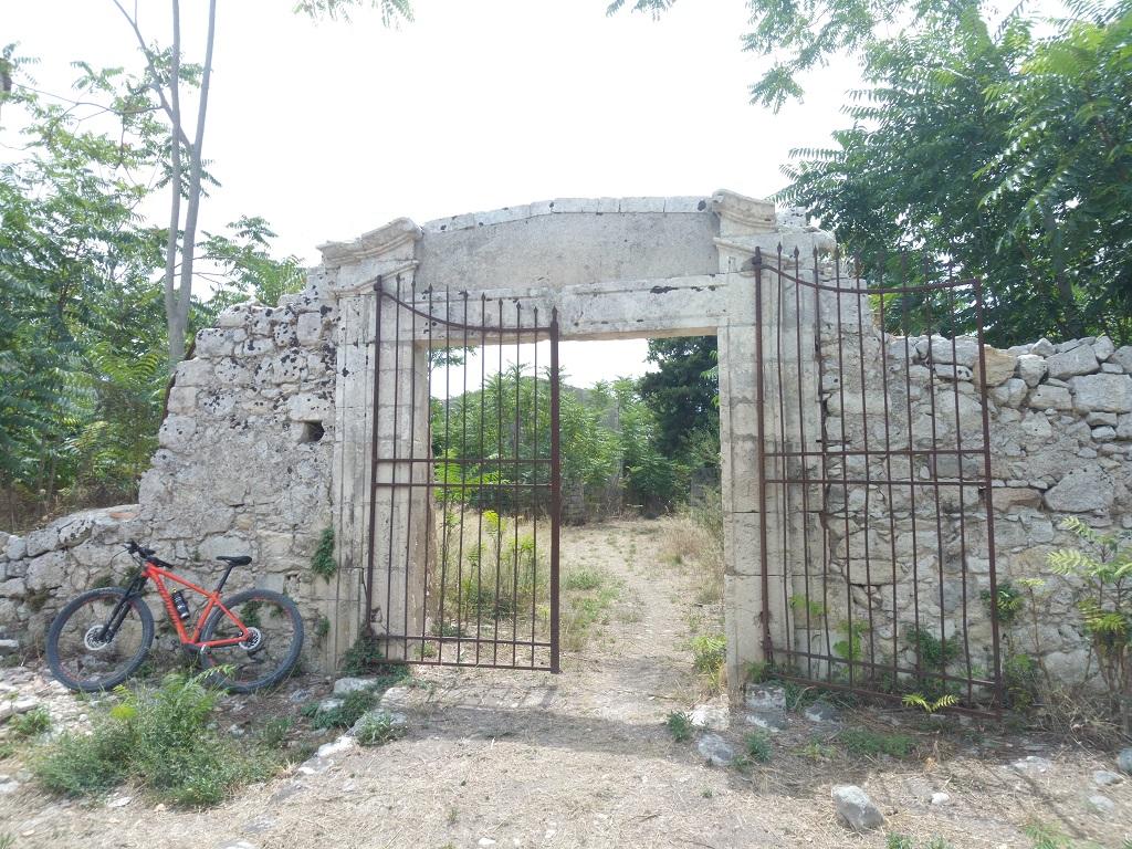 cancello abbandonato a noto antica