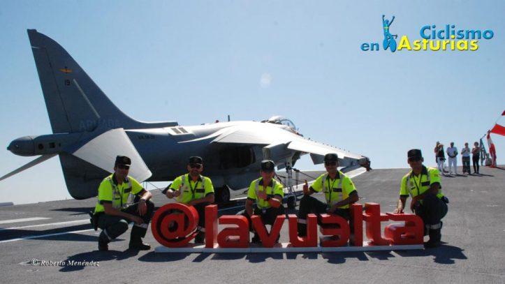 Varios guardia civiles en el portaaviones Juan Carlos I