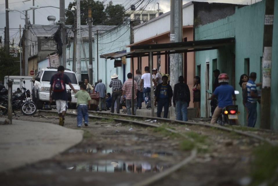 En la antigua línea del ferrocarril, en donde se oferta el sexo en cada puerta, se instaló una clica de la MS-13 para extorsionar. Foto Fabricio Alonzo