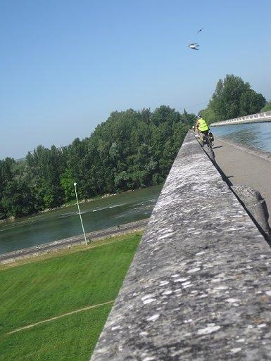Imagen del canal de Midi pasando sobre el río Garona en la ciudad de Agen.
