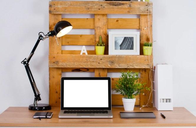 Neste caso, o estrado serve de apoio para decorar a escrivaninha.