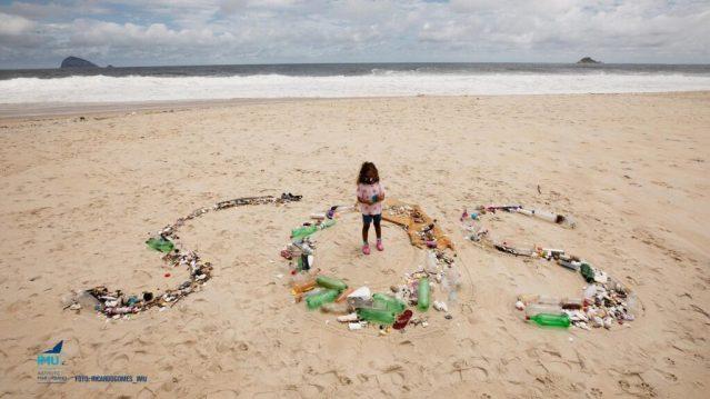 Lixo na praia de São Conrado (RJ)