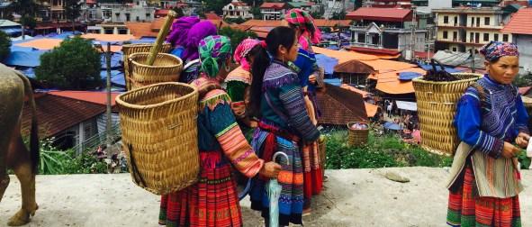 Mulleres hmong flor no mercado de Bac Ha.
