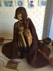 Momia no pequeno museo de sitio