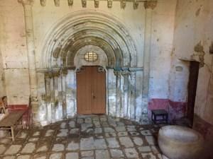 Fachada románica tapada pola fachada gótica