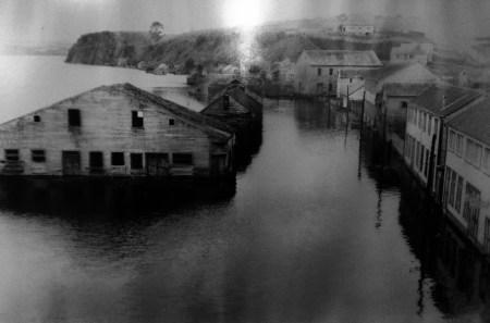 Foto do fronte marítimo de Chonchi despois do tsunami. Museo