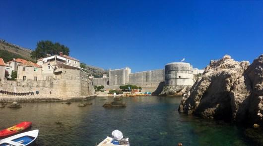 Rada entre o Forte Lovrijenac e as murallas de Dubrovnik