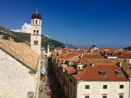 Rúa principal, Placa Stradun, e torre do Mosteiro Franciscano