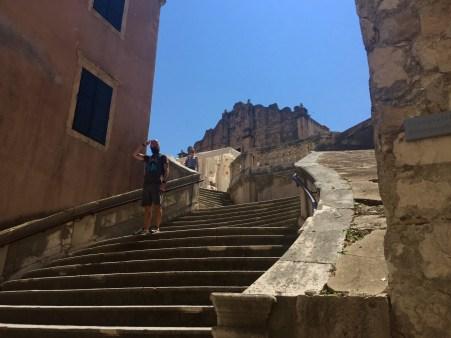 Escadas de subida ao Septo de Desembarco do Rei no lugar no que se atopa realmente a Catedral de Dubrovnik