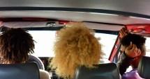 Cabelos afro no transporte de Mindelo á Cacheu na illa de Sao Vicente (Cabo Verde)