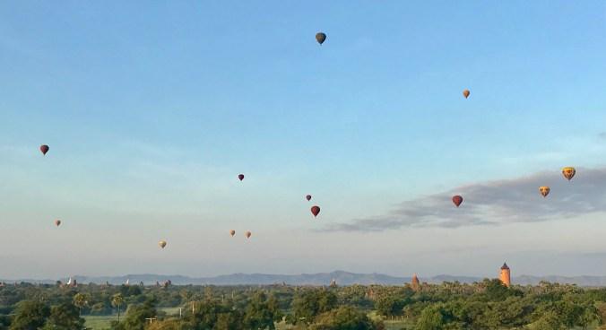 Globos aerostáticos sobre Bagan ás seis e media da mañá