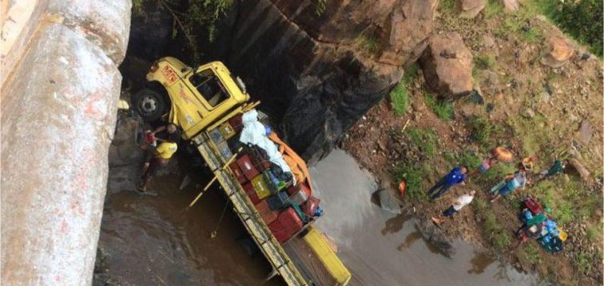Motorista escapa 'ileso' após caminhão cair de ponte dentro de rio na BR-343