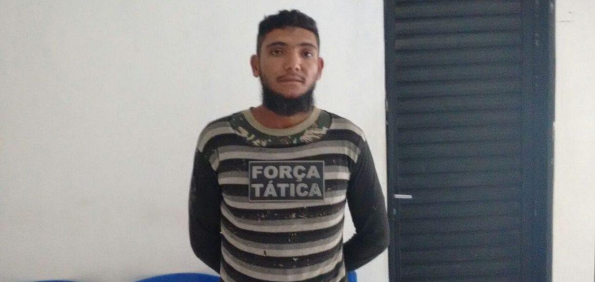 Policiais Militares da 4ª Companhia de Fronteiras efetuam a prisão de infrator que aterrorizava a região
