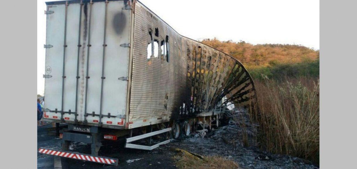 Três pessoas morrem carbonizadas em colisão na altura do km-174,da BR-316, a 10 km de Elesbão Veloso