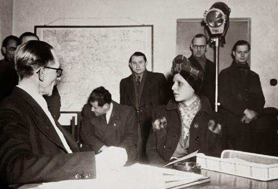 Po zdobyciu przez Armię Czerwoną Berlina Stela Kübler wpadła w ręce sowietów, którzy skazali ją na 10 lat ciężkich robót. Na zdjęciu Stella Kübler podczas przesłuchania.