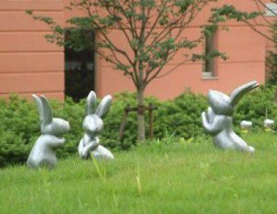 アルミ鋳造のウサギのオブジェ。 それぞれの動きに表情があり、芝生の丘でウサギたちが遊んでいる様子を感じられる作品です。 屋外でも腐食の少ない「ヒドロ」というアルミを使っています。