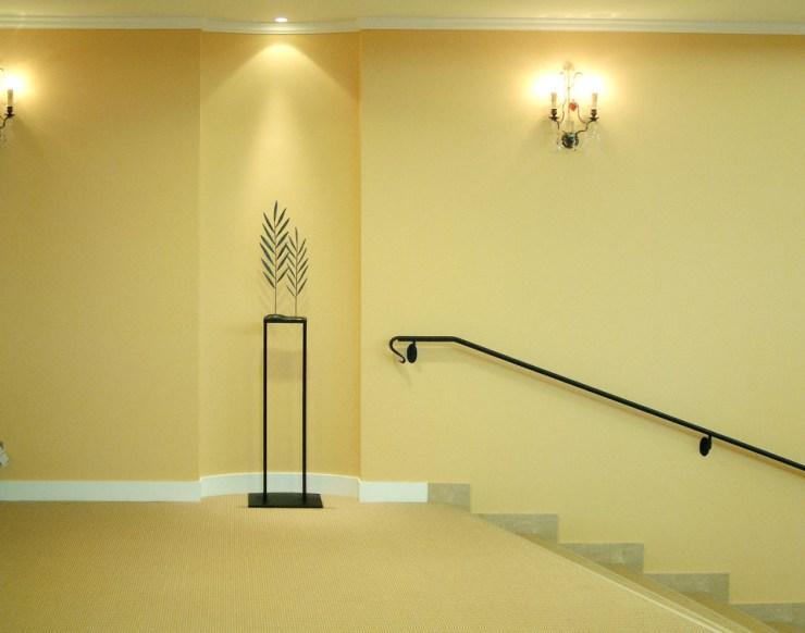 エレガンスヤシの葉をデフォルメして、風が葉をすり抜けるイメージをカタチにした鉄アートオブジェ。鎌倉プリンスホテル・チャペルに設置になりました。全体写真。