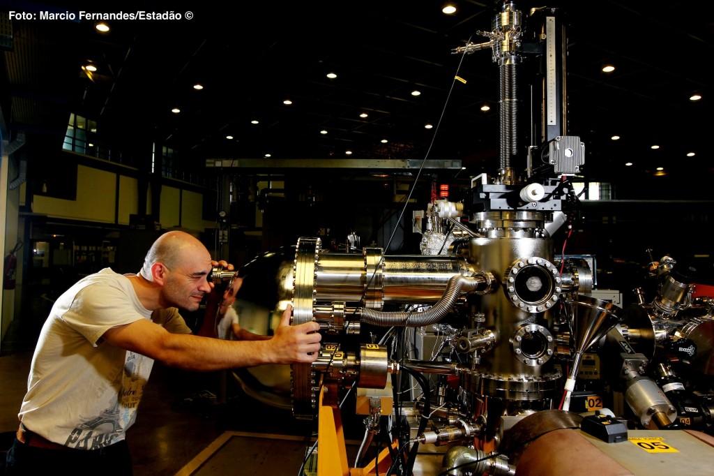 Pesquisador analisa equipamento em uma das linhas de luz do acelerador atual, no Laboratório Nacional de Luz Síncrotron, em Campinas. Foto: Marcio Fernandes/Estadão (2013)
