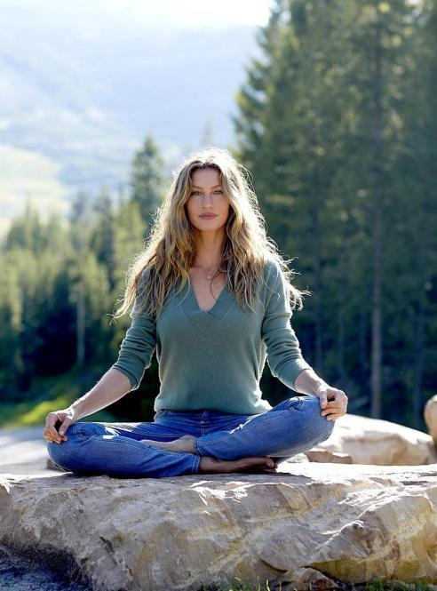 gisele meditating 3 - Porque Gisele Bundchen está certa em preferir meditação a antidepressivos