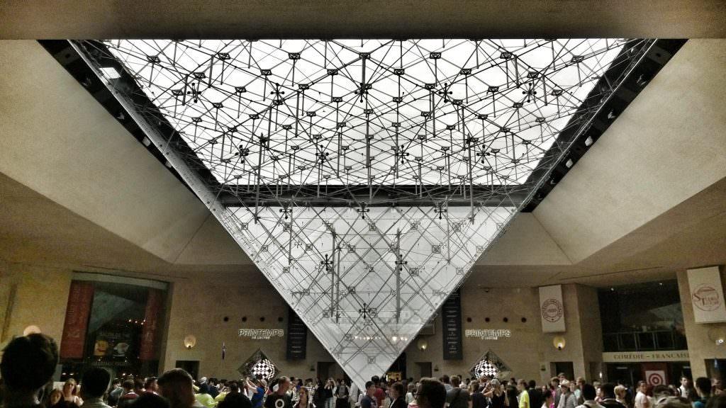 Szklana piramida... od dołu