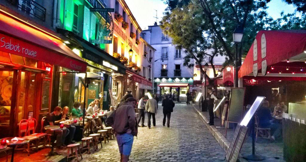 Nie sposób nie zachwycić się kolorowo oświetlonymi, wąskimi uliczkami