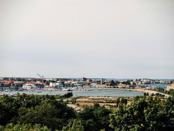 Z punktu widokowego zobaczyć można kolejny port i Muzeum Marynistyczne (po lewej)
