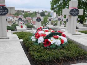 Cmentarz znajduje się na wzgórzu