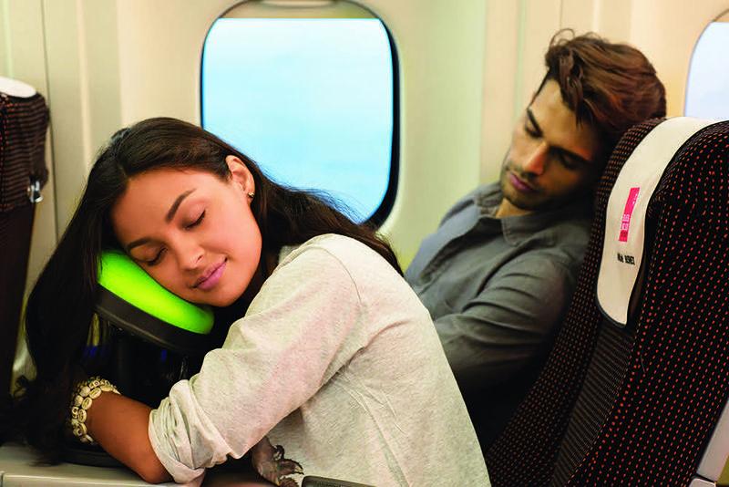 Koniec z bolącym karkiem i zmęczeniem w samolocie. Taka poduszka uratowała niejedno życie!