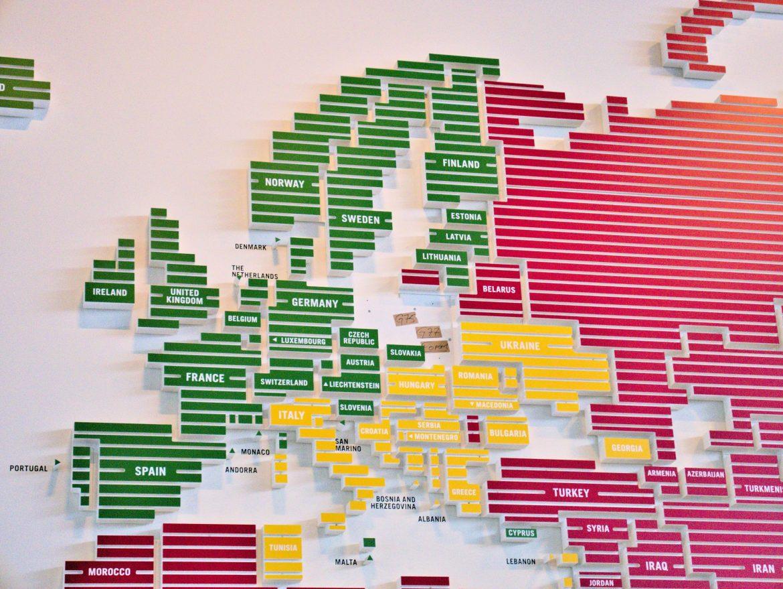 Na zielono są kraje, w których media są wolne. Na czerwono - te, gdzie wolność słowa jest mocno zagrożona. Gdzie jest Polska?