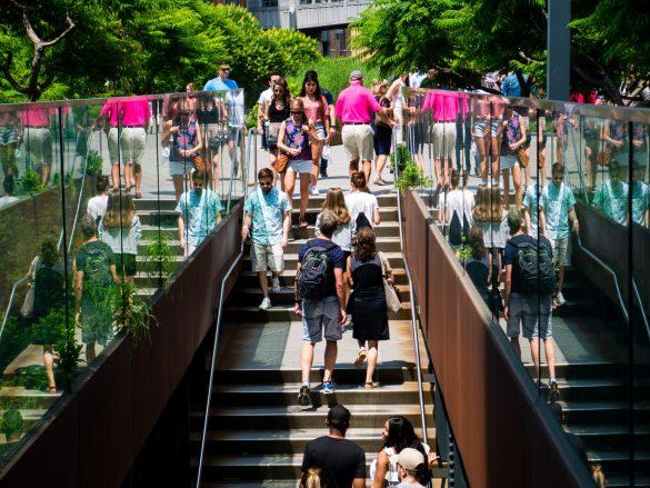 Wyjście z podziemi w High Line - linia schodów prowadzi nasz wzrok prosto do kolorowej, różowej koszulki