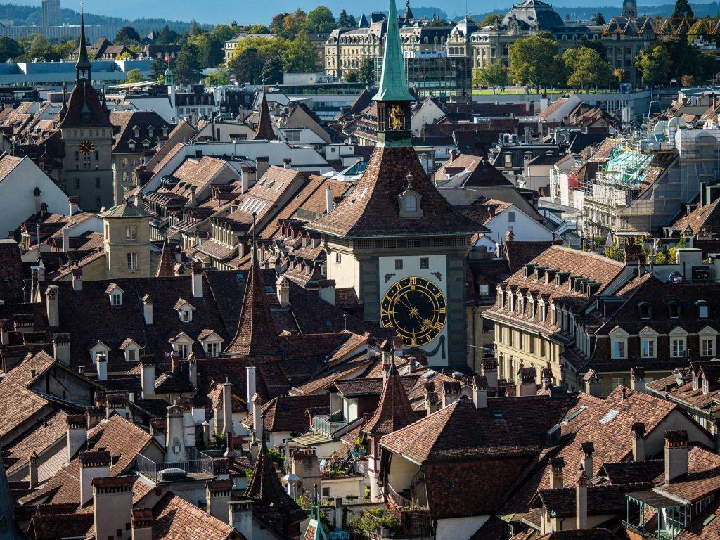 Widok na wieżę zegarową z katedry