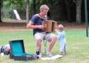 Manu l'accordéoniste lors du pique-nique citoyen