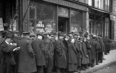 jacques-moreau-customers-waiting-for-tobacco-distribution-at-a-la-civette-paris-1918