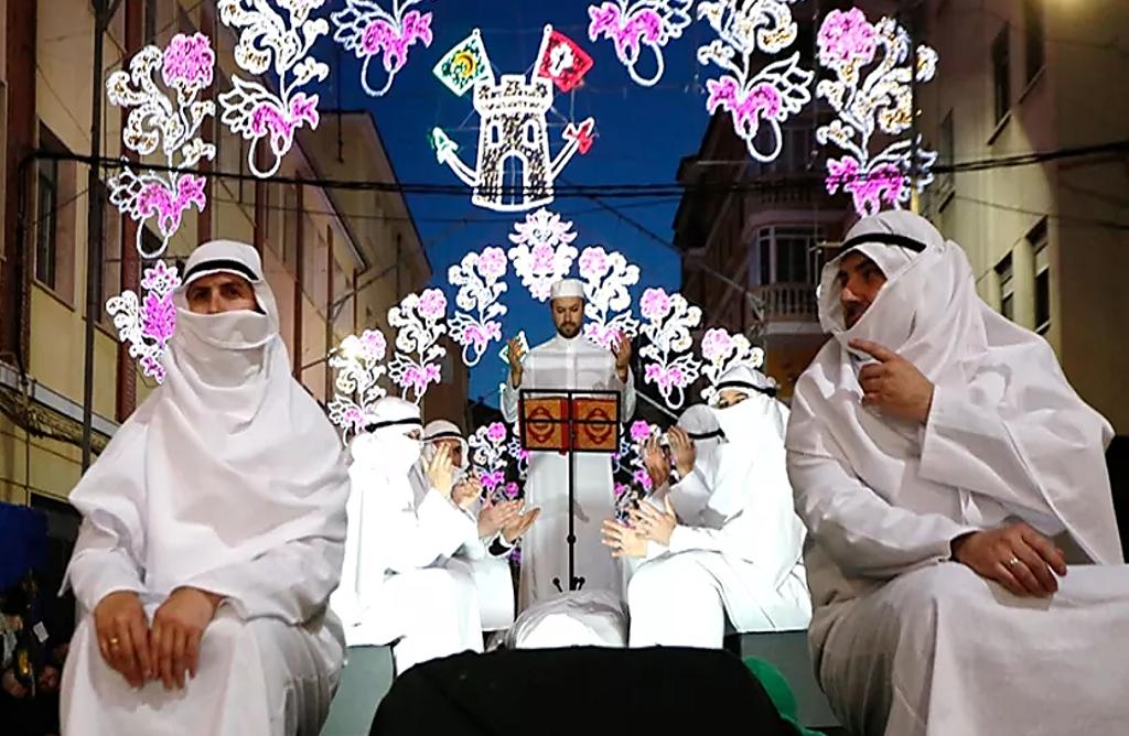 """ثيار يمثل التعددية الثقافية في احتفالات """"مورس وكريستيانوس"""" في المنسى ـ البسيط ـ إسبانيا"""