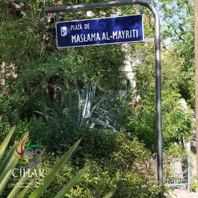 Nueva placa de la plaza de Maslama al-Mayriti 7