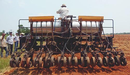 Mecanização agrícola - utilização de plantadeira.