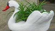 Бабуся навчила мене робити садових лебедів. Ви ніколи не вгадаєте, з чого!