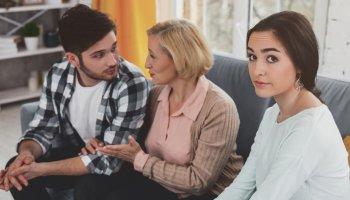 Чи потрібно молодій жінці називати свою свекруху «мамою» чи це не обов'язково? А якщо сама свекруха не називає суджену свого сина «дочкою», що в цьому поганого?