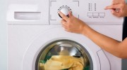 Моя свекруха завжди солить одяг в пральній машині. Коли я дізналася навіщо, почала робити так само!