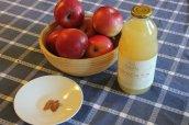 Apples, apple juice, cinnamon and nutmeg