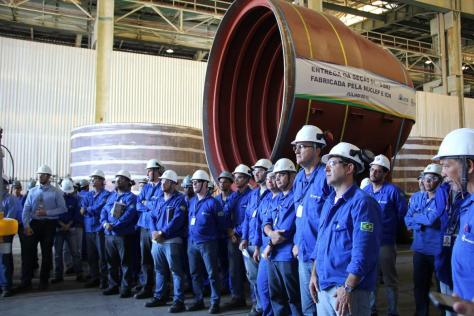 A photo of the team that worked on the production of the submarine's stern of the Humaitá. Planobrazil.com