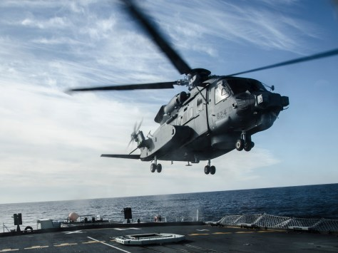 HS28-2016-0001-011 One of Canada's newly acquired CH-148 Cyclone helicopters practices landing procedures on HMCS Halifax off the coast of Nova Scotia on 27 January 2016. Photo: Ordinary Seaman Raymond Kwan, Formation Imaging Services, Halifax. HS28-2016-0001-011 Le nouvel hŽlicoptre CH-148 Cyclone, acquis rŽcemment par le Canada, pratique des manÏuvres dÕatterrissages sur le Navire canadien de Sa MajestŽ (NCSM) Halifax prs des c™tes de la Nouvelle ƒcosse le 27 janvier 2016. Photo : Matelot de 3e classe Raymond Kwan, Services dÕimagerie de la formation, Halifax.